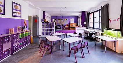 The lovingly designed Beethoven room with violet accents, a piano and many other instruments