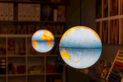 Two globe shaped lamps explain the world to the children and immerse the Einstein room in wonderfully dimmed light